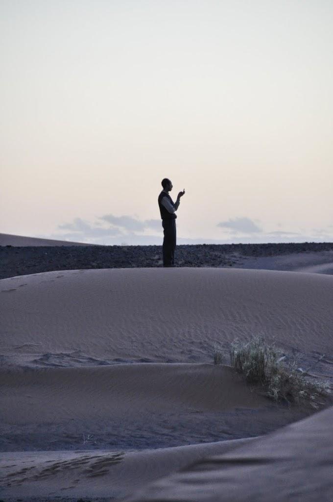 La prière ? non, à la recherche du réseau de téléphone...