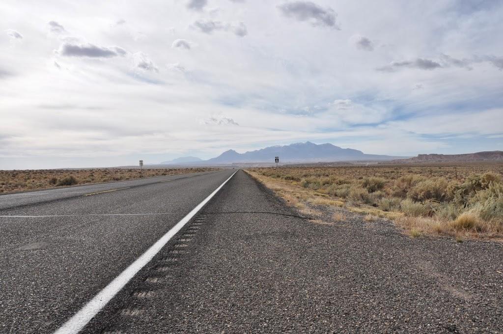 Route droite et montagne menaçante au loin